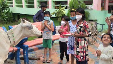 Photo of बच्चों ने आशुतोष शिव मंदिर में बड़े प्यार से गौ आरती की